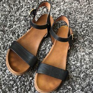 Rock & Candy Cartar black sandal.